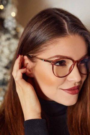 Fruzsina monitor szemüvegben